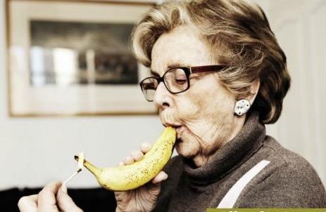 Транс пихает себе банан фото 94-885